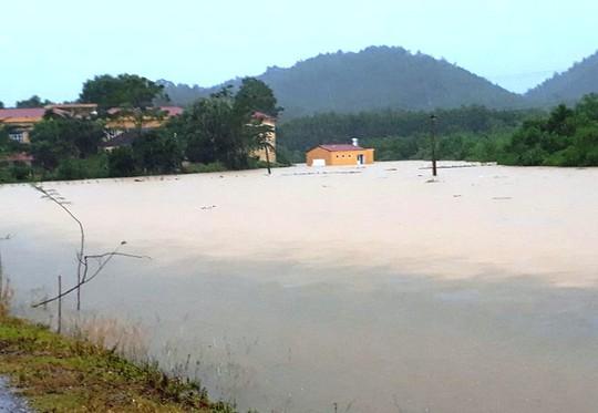 Cận cảnh Bắc Trung Bộ chìm trong mưa lũ - Ảnh 2.