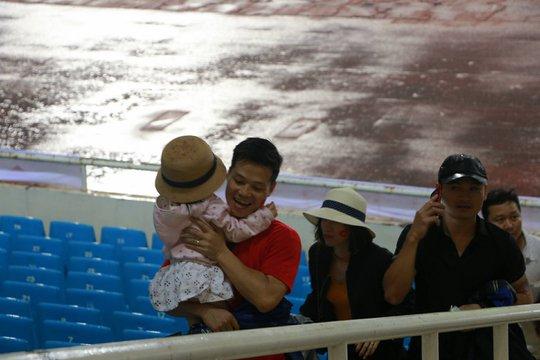 Khán giả bế con, đội mưa cổ vũ tuyển Việt Nam đấu Campuchia - Ảnh 5.