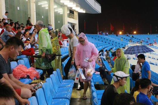 Khán giả bế con, đội mưa cổ vũ tuyển Việt Nam đấu Campuchia - Ảnh 6.