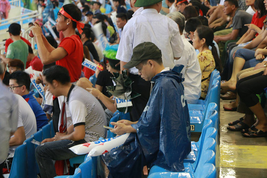 Khán giả bế con, đội mưa cổ vũ tuyển Việt Nam đấu Campuchia - Ảnh 9.