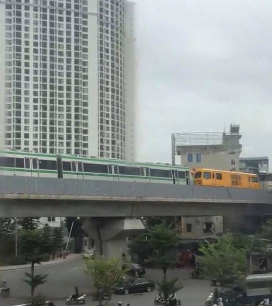 Trầm trồ khi thấy đoàn tàu trên cao Cát Linh-Hà Đông vận hành - Ảnh 1.