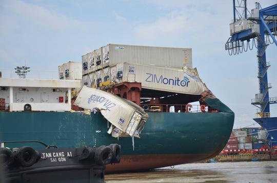 """Hai tàu """"khủng"""" đâm nhau trên sông Đồng Nai, hàng chục người """"hôi của"""" - Ảnh 3."""