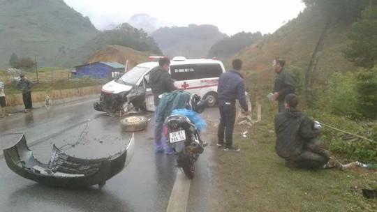 Xe cứu thương chở bệnh nhân tông lan can đường, 3 người nhập viện - Ảnh 1.