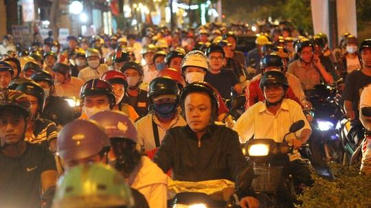Vào khoảng 21 giờ, cả nghìn người vẫn mắc kẹt trên đường Nguyễn Kiệm, kéo dài hàng cây số do luồng giao thông bị chặn đứng tại vòng xoay Nguyễn Thái Sơn.