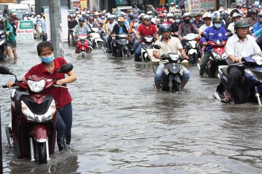 Vạn người khốn khổ trong kẹt xe, ngập nước ở TP HCM - Ảnh 4.