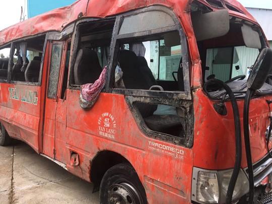 Tài xế xe khách chạy như… bay, 2 người chết thảm - Ảnh 1.