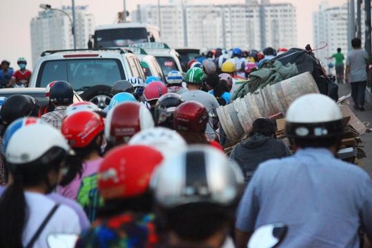Theo người dân địa phương, kẹt xe ở cầu Nguyễn Tri Phương bất chấp giờ cao hay thấp điểm