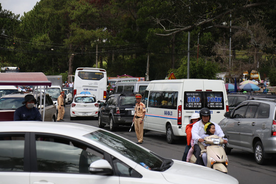 Lực lượng chức năng hết sức vất vả điều tiết giao thông.