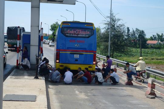 Hàng chục ô tô vây trạm thu phí Quán Hàu gây ách tắc giao thông - Ảnh 4.
