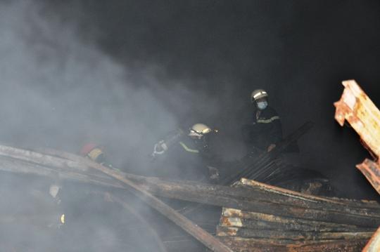 Toàn cảnh vụ cháy kinh hoàng nhà kho ở quận 4 - Ảnh 4.