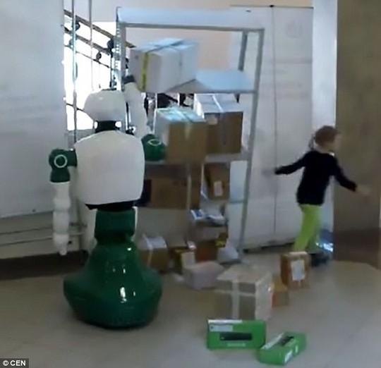 Cận cảnh Robot Nga cứu bé gái dù không được lập trình - Ảnh 3.