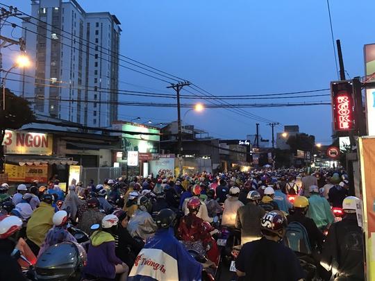 TP HCM: Kẹt xe dữ dội trên đường Ung Văn Khiêm, CSGT bất lực - Ảnh 1.
