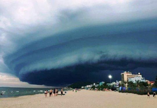 Tranh cãi về đám mây đen kịt hình thù kỳ lạ trên biển Sầm Sơn - Ảnh 1.