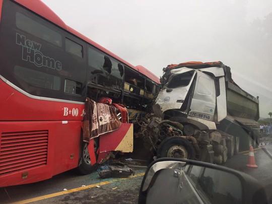 Xe khách đối đầu xe tải trên cao tốc, 8 người trọng thương - Ảnh 1.
