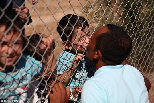 Cảm động nụ hôn qua hàng rào của ông bố tị nạn người Syria - Ảnh 3.
