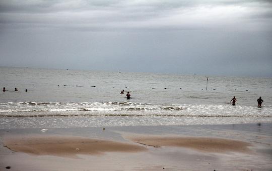 Bão 14 giảm thành áp thấp nhiệt đới, người dân bất chấp đổ xô tắm biển - Ảnh 7.