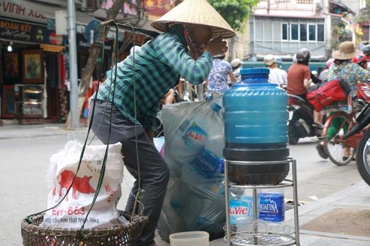 Bình nước, thùng bánh mì Thạch Sanh giữa phố cổ Hà Nội - Ảnh 4.