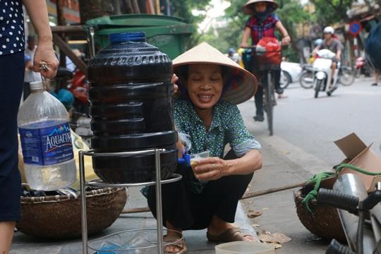 Bình nước, thùng bánh mì Thạch Sanh giữa phố cổ Hà Nội - Ảnh 7.