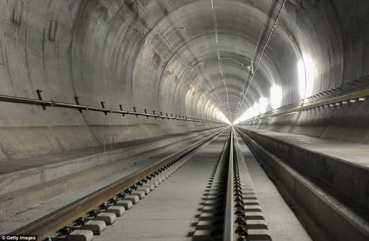 Những tuyến đường sắt ấn tượng trên thế giới - Ảnh 3.