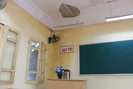 Bên trong ngôi trường học sinh phải đội mũ bảo hiểm ngồi học - Ảnh 3.