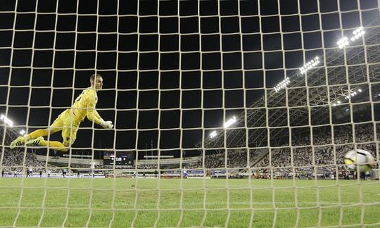 Xem siêu phẩm sút xa gần 50 m đưa Everton vào Europa League  - Ảnh 1.