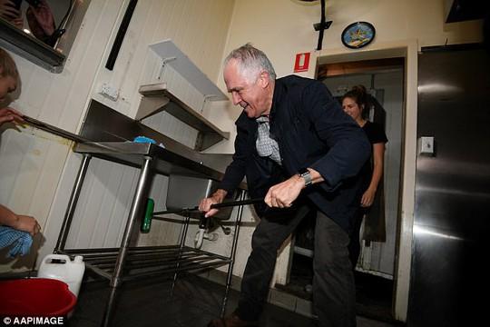 Thủ tướng Úc tự tay dọn dẹp giúp người dân sau bão