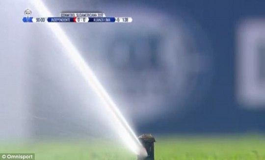 Cầu thủ bị tưới nước khi đang thi đấu