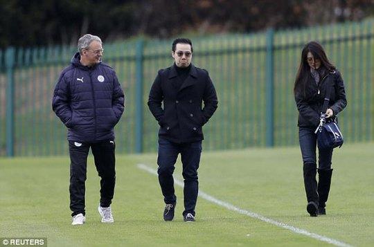 Ông chủ CLB Leicester (giữa) thăm, động viên đội bóng trước trận đấu quan trọng