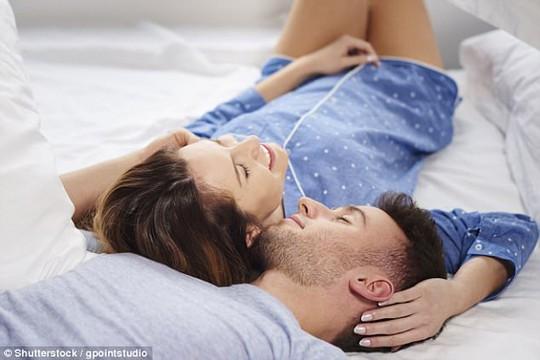 Yêu thường xuyên có nhiều lợi ích cho sức khỏe và mối quan hệ đôi lứa của bạn - Ảnh: DAILY MAIL