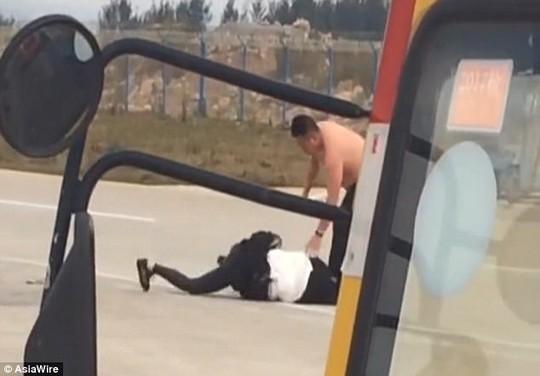 Cặp vợ chồng ẩu đả quyết liệt trên đường băng. Ảnh: Asia Wire