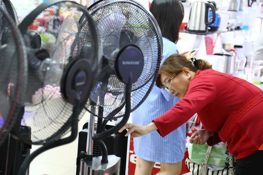 Khách hàng đang tìm hiểu tính năng quạt hơi nước tại một trung tâm điện máy ở TP HCM