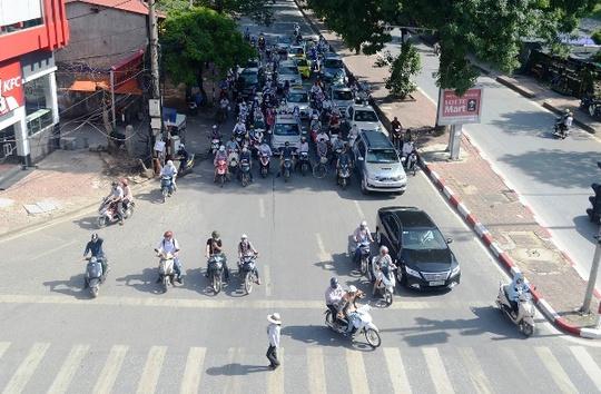 Muôn kiểu chống chọi nóng kinh người trên 40 độ C ở Hà Nội - Ảnh 7.