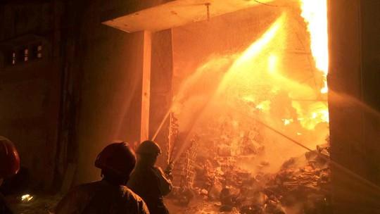 Toàn cảnh vụ cháy kinh hoàng nhà kho ở quận 4 - Ảnh 1.