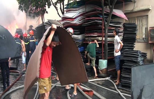 Xưởng nhựa cháy rực trời, dân nháo nhào di tản - Ảnh 3.