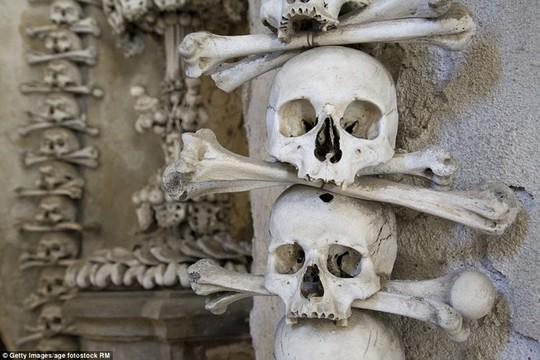 Bên trong nhà thờ trang trí bằng xương người độc nhất thế giới - Ảnh 4.