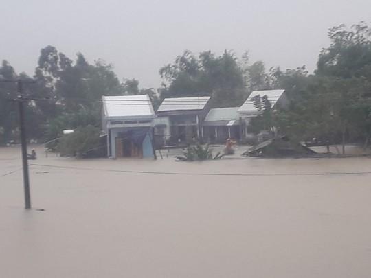 Làng mạc Quảng Nam ngập chìm trong nước, thủy điện vẫn xả lũ - Ảnh 7.