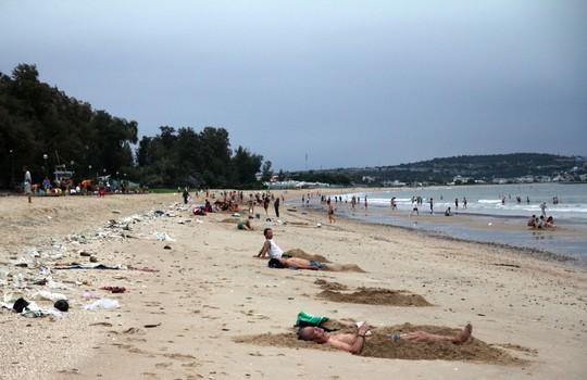 Bão 14 giảm thành áp thấp nhiệt đới, người dân bất chấp đổ xô tắm biển - Ảnh 3.