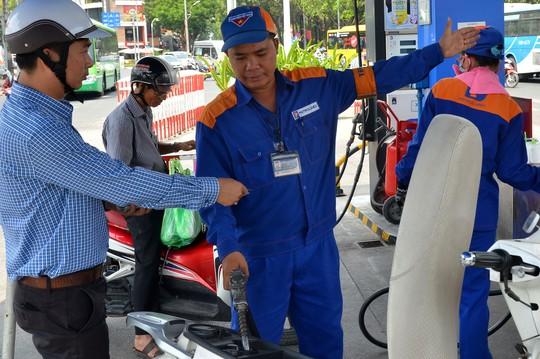 Tăng thuế xăng dầu: Không thuyết phục! - Ảnh 1.