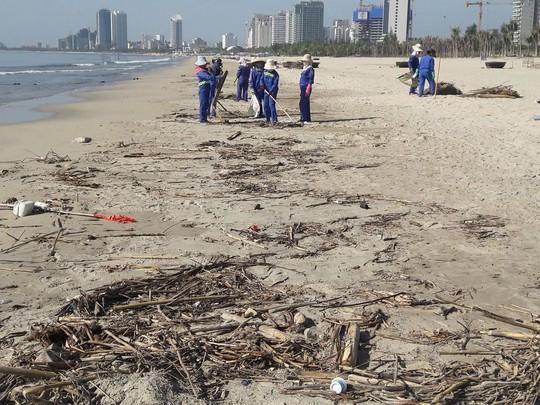 Hơn 30 tấn rác tấp vào bãi biển Đà Nẵng - Ảnh 1.