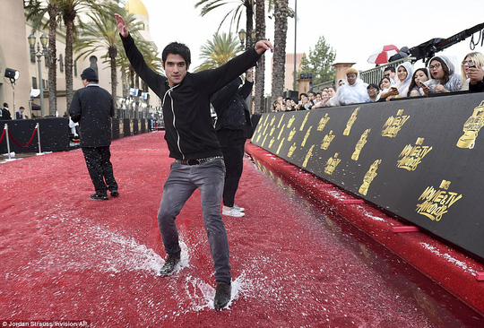 Mưa đá phá thảm đỏ MTV Movie Awards
