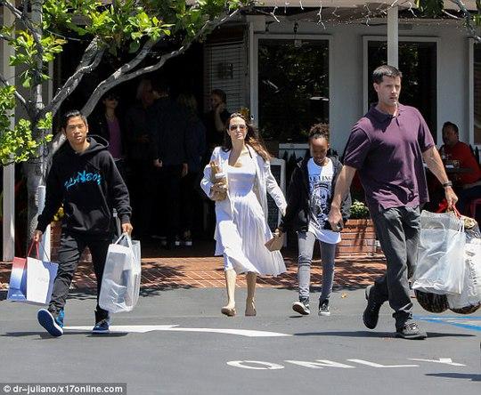 Pax Thiên tháo vát hộ tống Angelina Jolie - Ảnh 3.