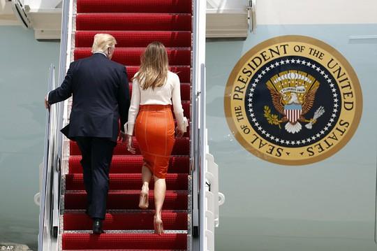 Quốc vương Ả Rập Saudi ra tận sân bay đón ông Trump - Ảnh 1.