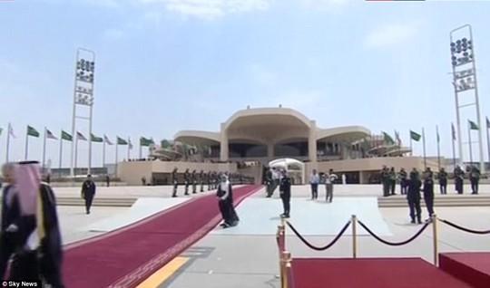 Quốc vương Ả Rập Saudi ra tận sân bay đón ông Trump - ảnh 4