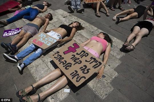 Phụ nữ Israel ngực trần phản đối nạn cưỡng hiếp - Ảnh 3.