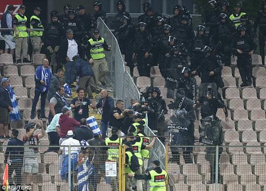 Trợ lý HLV Bosnia đấm gãy răng cầu thủ Hy Lạp - Ảnh 4.