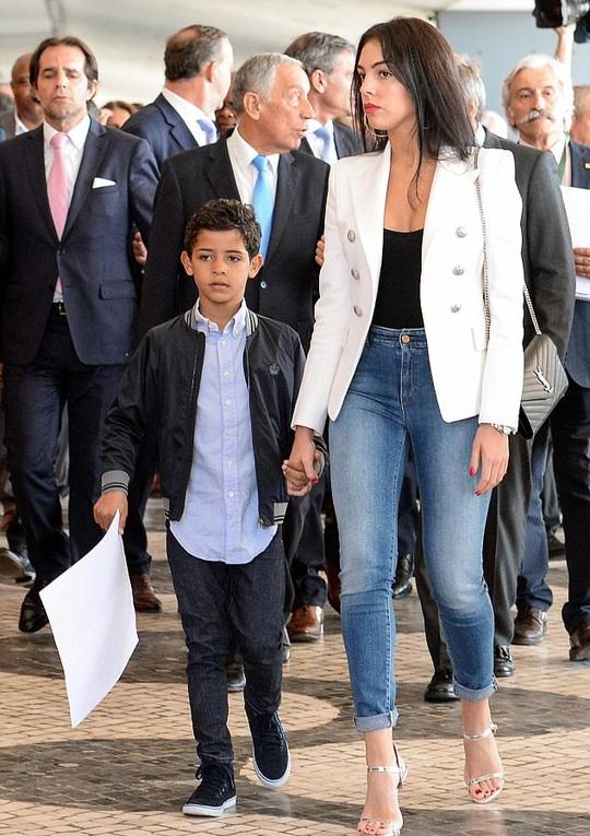 Rộ tin Ronaldo thuê người đẻ cùng lúc 2 đứa con - Ảnh 4.