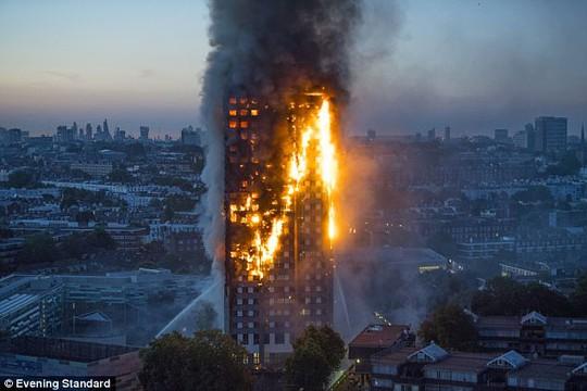 Ám ảnh những lời cuối từ tòa nhà bùng cháy ở London - Ảnh 1.
