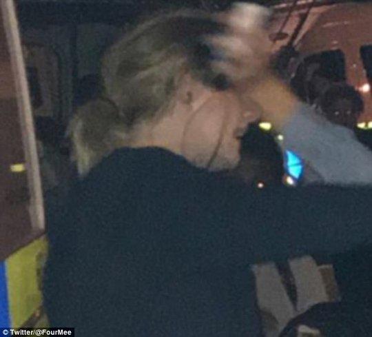 Động viên nạn nhân chung cư bị cháy, Adele được khen - Ảnh 1.
