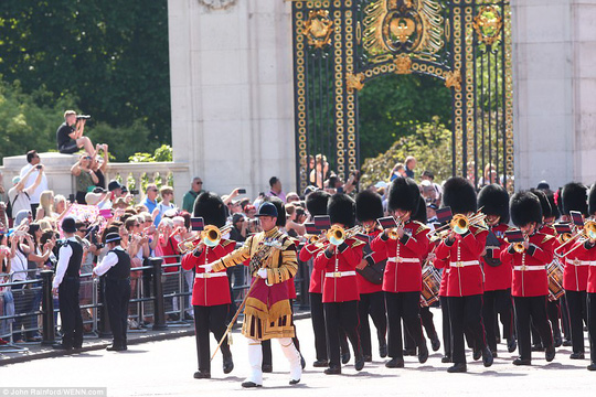 2 con của Hoàng tử William gây sốt tại sinh nhật Nữ hoàng Anh - Ảnh 6.