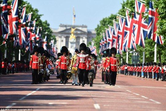 2 con của Hoàng tử William gây sốt tại sinh nhật Nữ hoàng Anh - Ảnh 5.